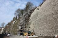 Hangsicherung während der Bauarbeiten und fertig gestellte Mauer