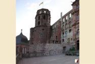 fertige Mauer an der Schlossterrasse mit Blick auf den Glockenturm