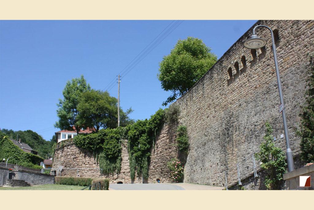 Mauer vor der Sanierung