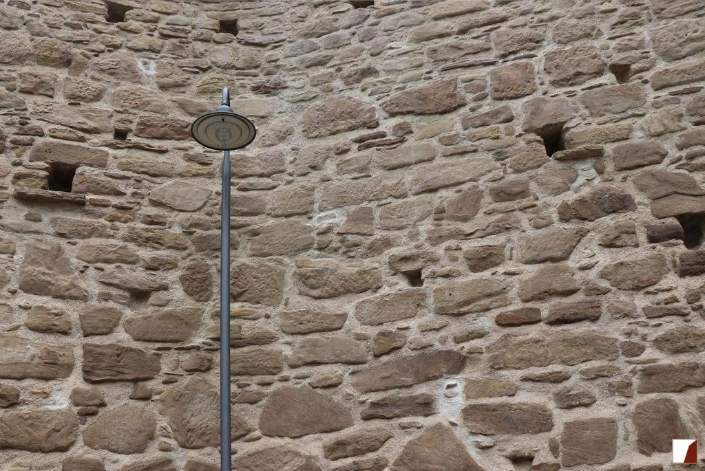 Ausschnitt der Mauer mit Straßenlaterne nach Fertigstellung